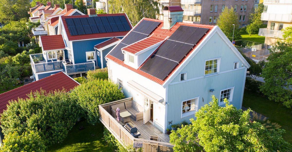 solceller på tak. Bilder viser solcellepaneler på eneboliger med skråtak. De får billigere strøm og tjener penger.