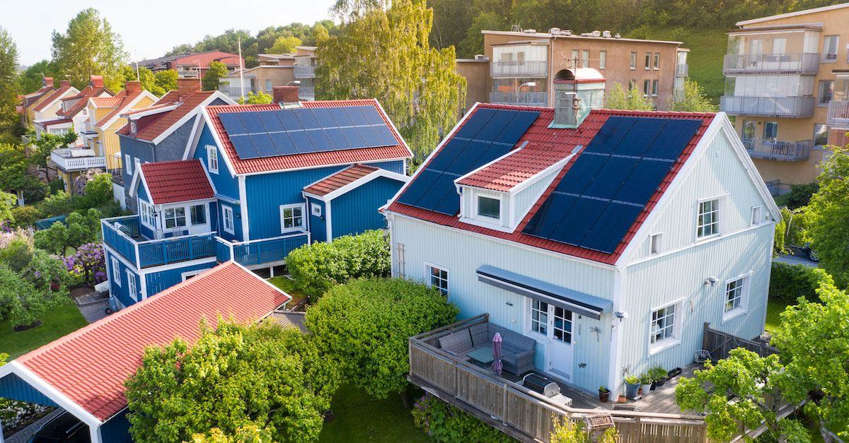 billige solceller med Otovo. Bildet viser eneboliger med solcellepaneler på taket. Skaff deg solceller nå.