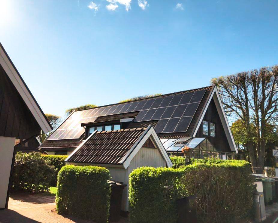 Bilder viser solceller på skråtak på hus. Solceller er effektive i Norge. Paneler fungerer bedre i kaldt klima.