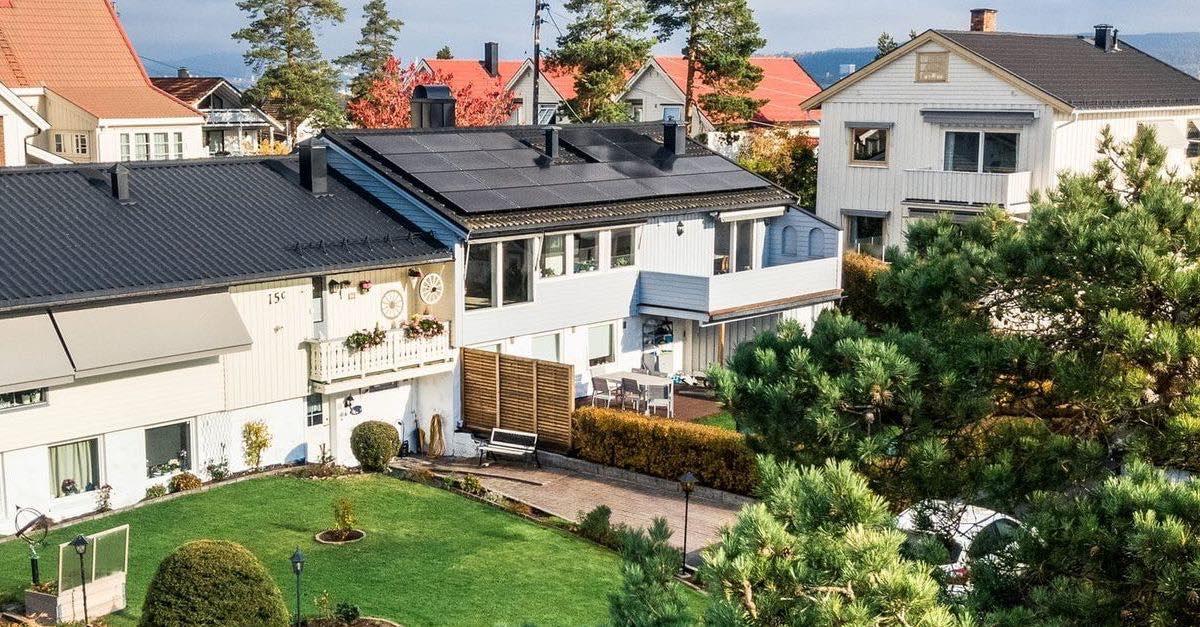 Solcellepanel på hustak. Det er mange fordeler med solceller. Selg strømmen du ikke bruker opp selv.