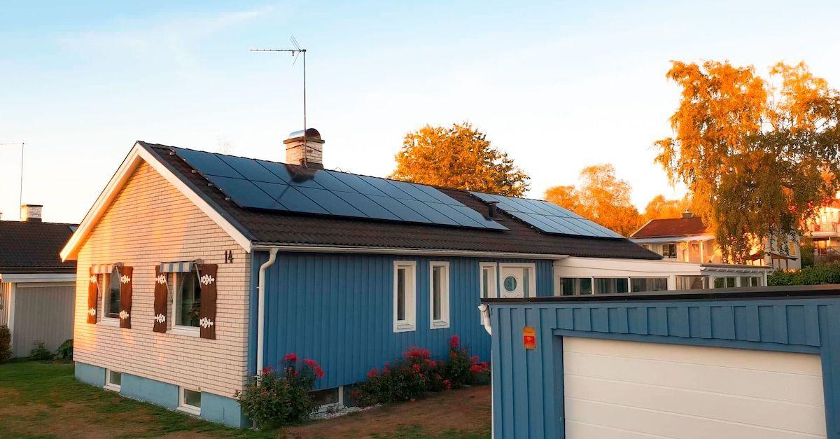 solcellepanel på hustak med ny teknologi. Bildet viser skrått hustak som produserer mye strøm med solceller.