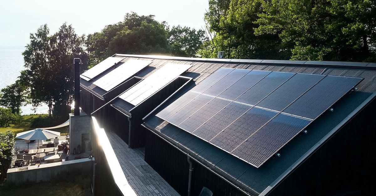 Solstrøm: Du får den beste strømprisen med solceller fra Otovo. Bildet viser paneler av god kvalitet på et skrått hustak.