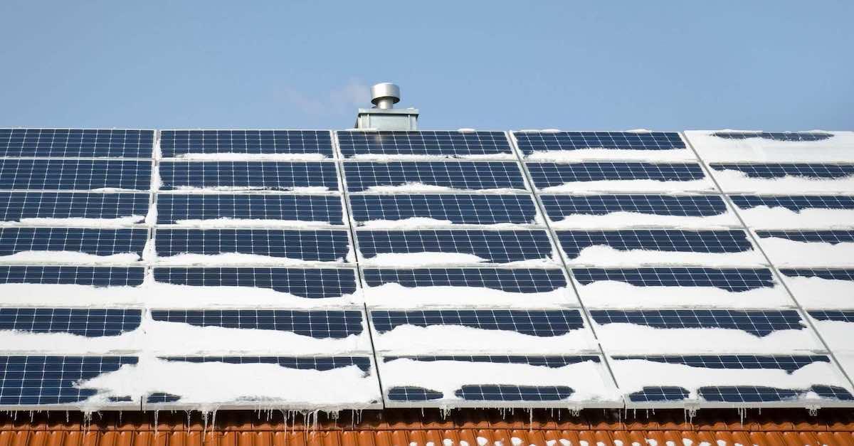 Bildet viser hvordan solceller blir om vinteren. Lær å måke solcellepanelene dine på Otovo.