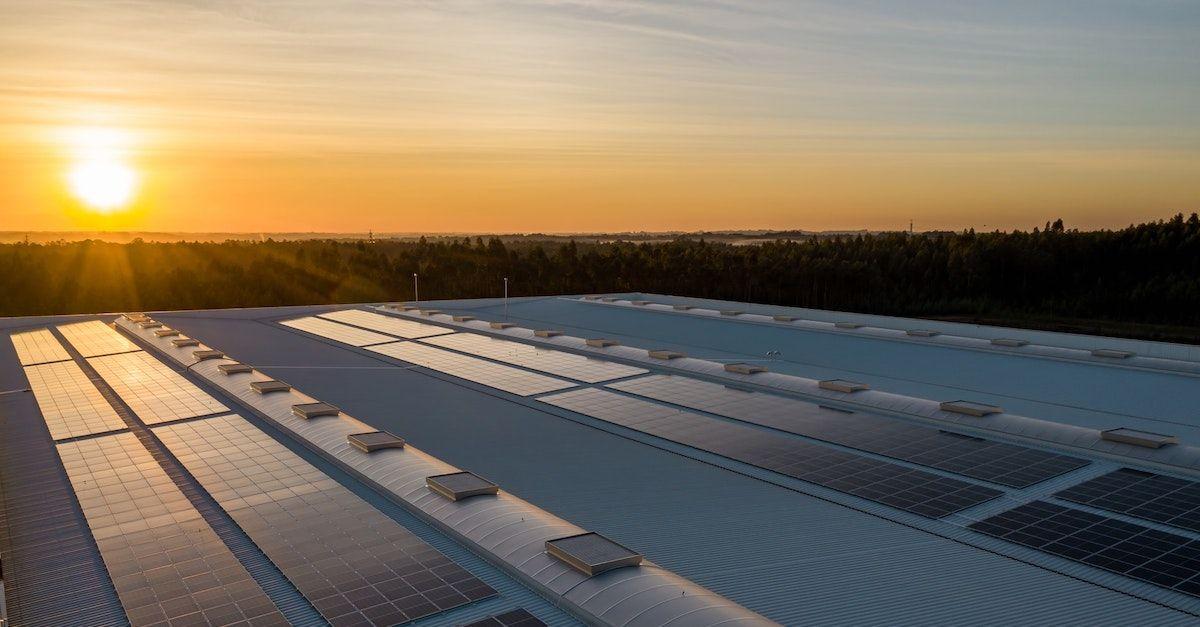 solcellepanel i sola. Bildet viser solcellepaneler på flate tak som produserer solstrøm.