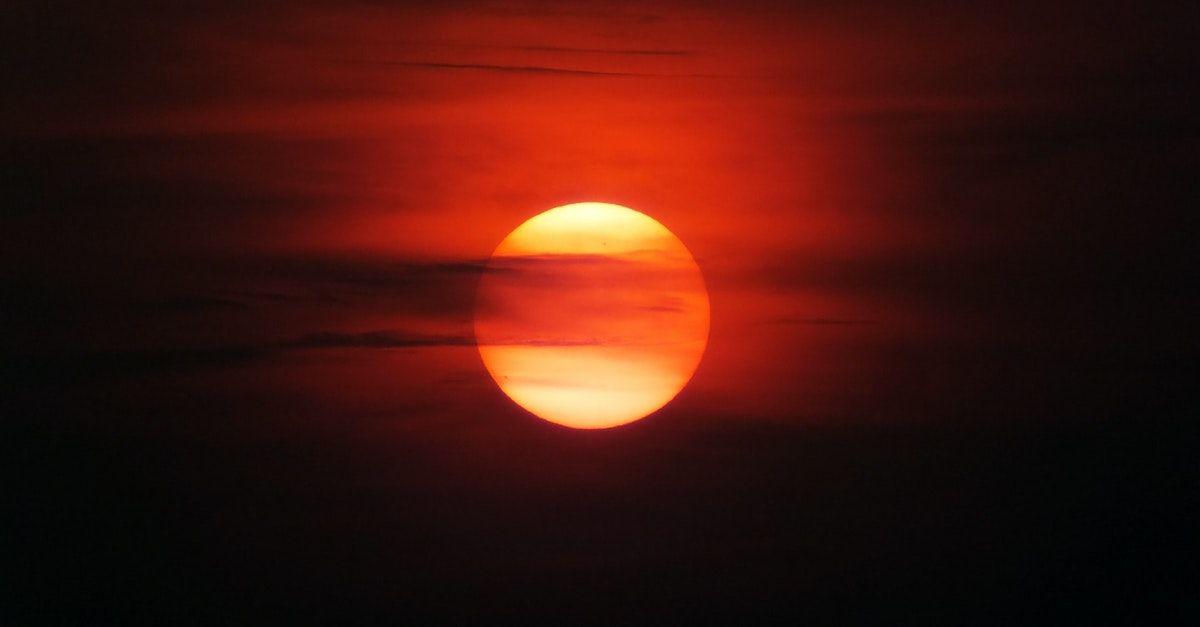 Solstrålene fra sola har store menger energi. Du kan produsere solstrøm hjemme selv med solcellepaneler fra Otovo.