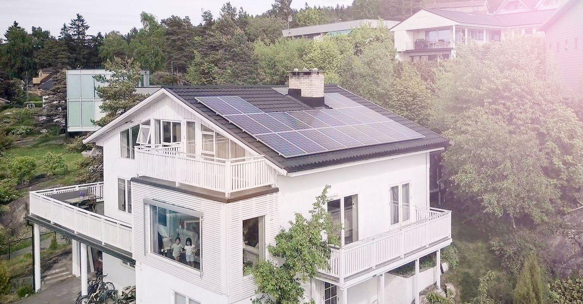 Tilskudd fra Enova når du leaser solceller til ta. Solcellepaneler kan legges på flatt tak eller skråtak.