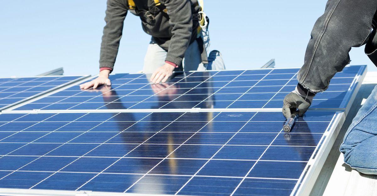 Otovo-sertifiserte installatører monterer solceller.