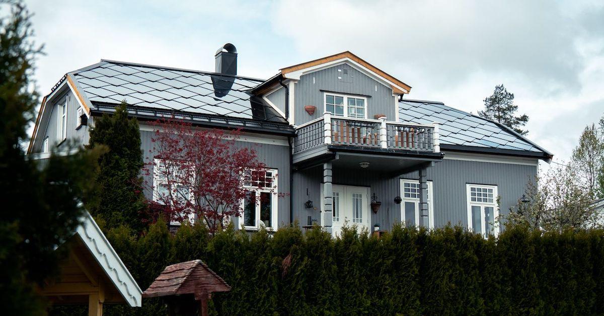 Du kan få solceller i taksteinene fra Otovo. Sjekk prisen din på våre nettsider.
