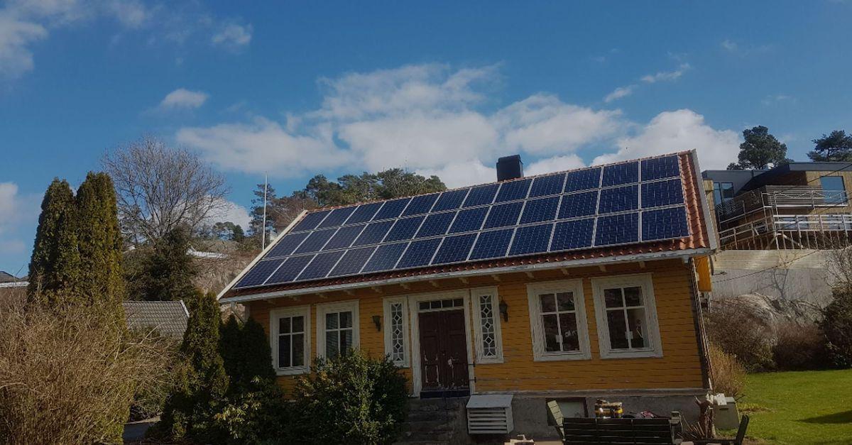 Solcellepaneler på hustak. Bildet er av 36 blå standardpaneler på en sørlandshus.