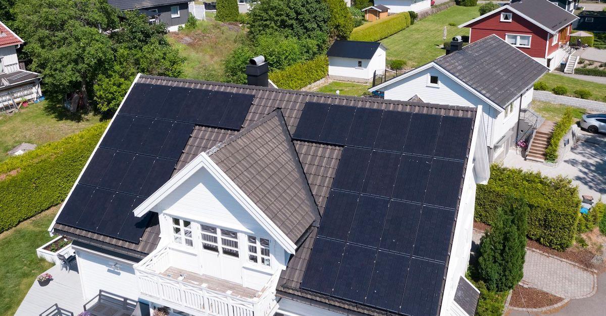 Du kan leie solcellepaneler til taket ditt fra Otovo. Solceller kan legges på skråtak på boliger.