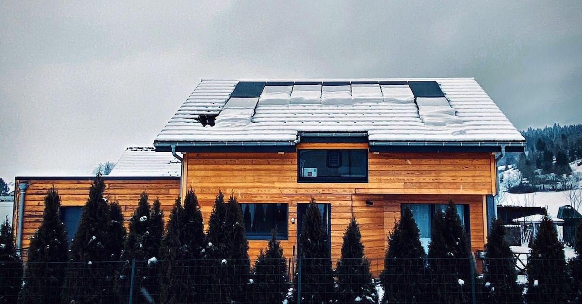 Du kan ha solcellepaneler på skråtak. Bildet viser et hus med skråtak hvor det er lagt solcellepaneler i Frankrike.