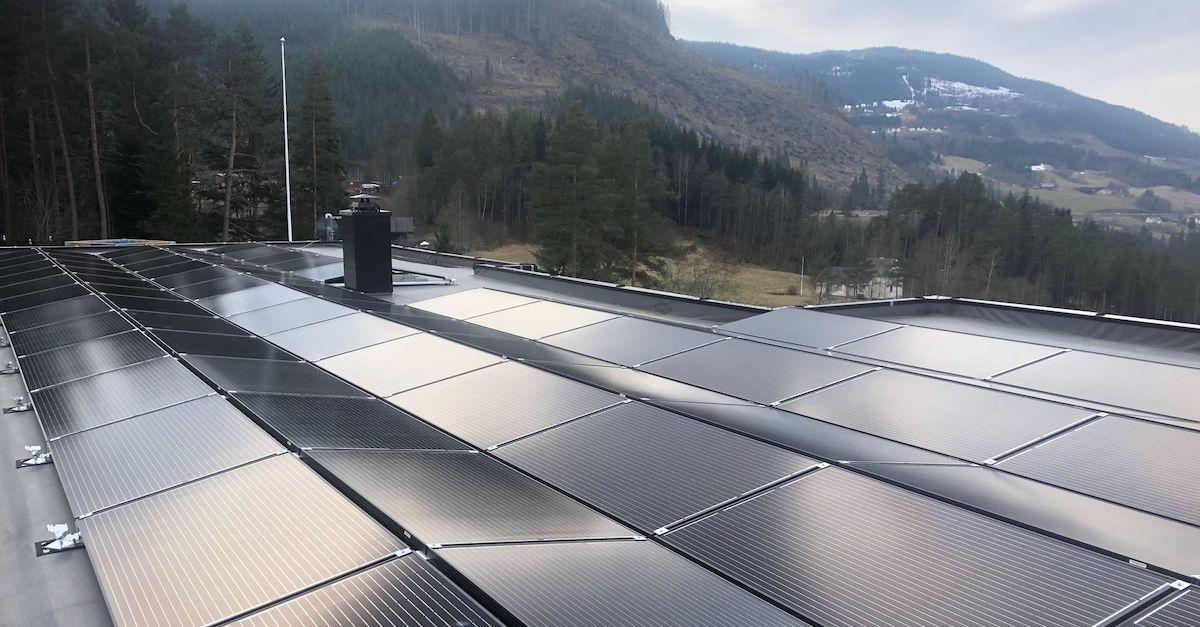 Bildet er fra en bolig i Voss med flatt tak. Du kan legge solcellepaneler på flate tak.