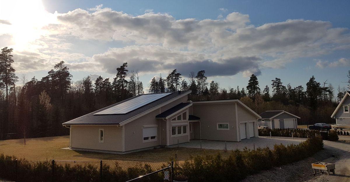 Otovo gjør huset til et solkraftverk med solceller. Her av hus med premiumpaneler fra Otovo.